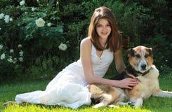 Retrato de la muchacha con su perro Foto de archivo