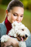 Retrato de la muchacha con su perro Foto de archivo libre de regalías