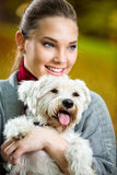 Retrato de la muchacha con su perro Fotos de archivo libres de regalías