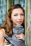 Retrato de la muchacha con un gato pedigrí Fotos de archivo