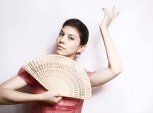 Retrato de la muchacha con un ventilador. Foto de archivo libre de regalías