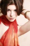 Retrato de la muchacha con una bufanda roja. Imágenes de archivo libres de regalías