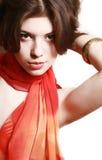 Retrato de la muchacha con una bufanda roja. Fotografía de archivo