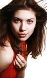 Retrato de la muchacha con una bufanda roja. Foto de archivo