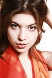 Retrato de la muchacha con una bufanda roja. Imagenes de archivo