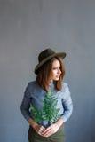 Retrato de la muchacha con una planta en manos imágenes de archivo libres de regalías