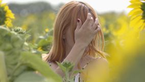 Retrato de la muchacha confiada joven con el pelo rojo y los ojos verdes que dan vuelta y que miran a la cámara, su fluir del pel almacen de video