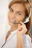 Retrato de la muchacha confidente del centro de atención telefónica Imagenes de archivo