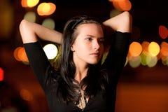 Retrato de la muchacha contra ciudad de la noche Fotografía de archivo libre de regalías