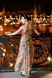 Retrato de la muchacha contra ciudad de la noche Fotografía de archivo