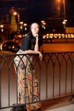 Retrato de la muchacha contra ciudad de la noche Imágenes de archivo libres de regalías