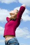 Retrato de la muchacha contra el cielo imagen de archivo libre de regalías
