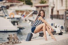 Retrato de la muchacha contra el mar y los yates Fotos de archivo