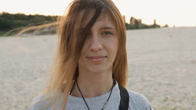 Retrato de la muchacha de indy en la playa Pelo que agita en el viento metrajes