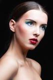Retrato de la muchacha de la belleza con maquillaje vivo Cierre del retrato de la mujer de la moda para arriba Colores brillantes Imagen de archivo libre de regalías