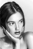 Retrato de la muchacha de la belleza con maquillaje vivo Cierre del retrato de la mujer de la moda para arriba en fondo amarillo  Imagen de archivo libre de regalías