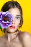 Retrato de la muchacha de la belleza con maquillaje vivo Cierre del retrato de la mujer de la moda para arriba en fondo amarillo  Fotos de archivo libres de regalías