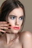 Retrato de la muchacha de la belleza con maquillaje vivo Cierre del retrato de la mujer de la moda para arriba en fondo amarillo  Fotografía de archivo