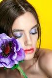 Retrato de la muchacha de la belleza con maquillaje vivo Cierre del retrato de la mujer de la moda para arriba en fondo amarillo  Foto de archivo libre de regalías