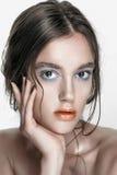 Retrato de la muchacha de la belleza con maquillaje vivo Cierre del retrato de la mujer de la moda para arriba en fondo amarillo  Imágenes de archivo libres de regalías