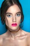 Retrato de la muchacha de la belleza con maquillaje vivo Cierre del retrato de la mujer de la moda para arriba en fondo azul Colo Imagenes de archivo