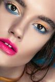 Retrato de la muchacha de la belleza con maquillaje vivo Cierre del retrato de la mujer de la moda para arriba en fondo azul Colo Fotos de archivo