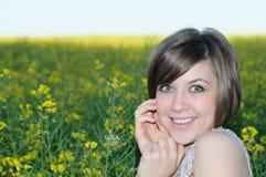 Retrato de la muchacha de la belleza en prado amarillo foto de archivo