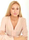Retrato de la muchacha de la belleza Mujer natural joven con la cara limpia que se sienta en la tabla blanca que se inclina en su Fotos de archivo libres de regalías