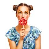 Retrato de la muchacha de la belleza que sostiene la piruleta colorida Imagenes de archivo