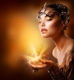 Retrato de la muchacha de la manera. Maquillaje del oro Fotos de archivo libres de regalías