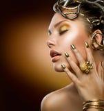 Retrato de la muchacha de la manera. Maquillaje del oro Fotografía de archivo