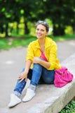 Retrato de la muchacha de la manera Mujer feliz hermosa en ropa colorida Imagenes de archivo