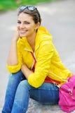 Retrato de la muchacha de la manera Mujer feliz hermosa en ropa colorida Imagen de archivo