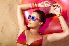 Retrato de la muchacha de la moda. El tomar el sol hermoso de la mujer joven Foto de archivo