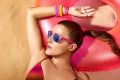 Retrato de la muchacha de la moda. El tomar el sol hermoso de la mujer joven Imagen de archivo