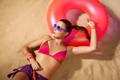 Retrato de la muchacha de la moda. El tomar el sol hermoso de la mujer joven. Accesso Fotos de archivo