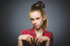 Retrato de la muchacha de la ofensa con el móvil o el teléfono celular Emoción humana negativa foto de archivo