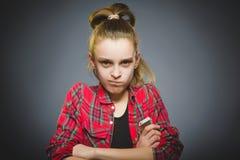 Retrato de la muchacha de la ofensa con el móvil o el teléfono celular Emoción humana negativa imagen de archivo libre de regalías