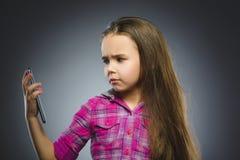 Retrato de la muchacha de la ofensa con el móvil o el teléfono celular Emoción humana negativa foto de archivo libre de regalías