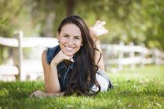 Retrato de la muchacha de la raza mezclada que pone en hierba Imagen de archivo