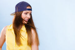 Retrato de la muchacha de moda alegre Fotos de archivo libres de regalías