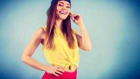 Retrato de la muchacha de moda alegre Imagen de archivo libre de regalías