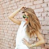 Retrato de la muchacha de moda del inconformista en gafas de sol Fotos de archivo libres de regalías
