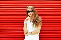 Retrato de la muchacha de moda del inconformista en gafas de sol Fotografía de archivo