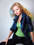 Retrato de la muchacha de moda en una chaqueta Imagen de archivo libre de regalías