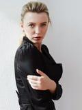 Retrato de la muchacha de moda joven hermosa Foto de archivo