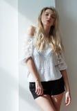 Retrato de la muchacha de moda joven hermosa Fotos de archivo