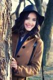Retrato de la muchacha de moda sonriente beauitful al aire libre en a soleada Foto de archivo libre de regalías