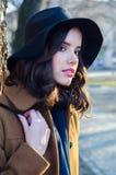 Retrato de la muchacha de moda sonriente hermosa al aire libre en otoño Fotografía de archivo