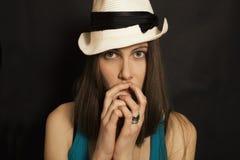 Retrato de la muchacha de ojos azules joven en el sombrero blanco Fotografía de archivo libre de regalías